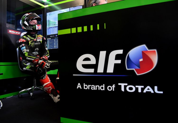 Jonathan Rea en el box del Kawasaki Racing Team World Superbike  antes de salir a pista